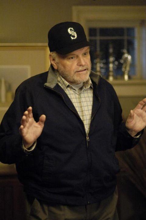 In einer Vision sieht Tom seinen toten Vater (Brian Dennehy), mit dem er nie ein gutes Verhältnis gehabt hatte .. - Bildquelle: Viacom Productions Inc.