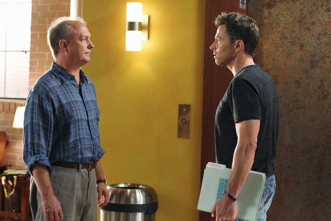 Während Troy (David Grant Wright, l.), der Mann, der für Dells Tod verantwortlich ist, im Oceanside Wellness auftaucht um sich zu entschuldigen, b... - Bildquelle: ABC Studios