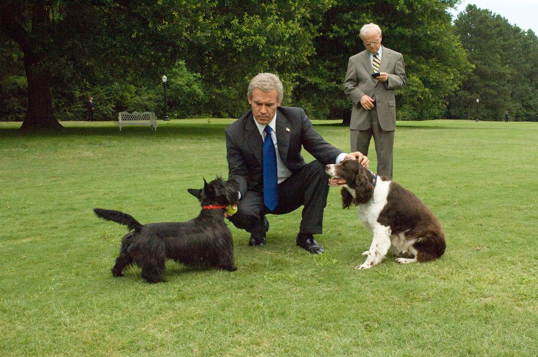 George W. Bush (Josh Brolin, l.) und einer seiner wichtigsten Berater, Karl Rove (Toby Jones, r.), gönnen sich ein paar Stunden Erholung ... - Bildquelle: Sidney Ray Baldwin 2008 Lionsgate Entertainment. All Rights reserved.