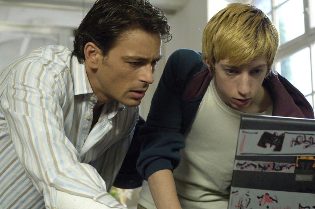 Schon bald kommen Sascha (Jan Sosniok, l.) und sein Schüler Victor (Max Mauff, r.) einer ungeheuren Intrige auf die Spur ... - Bildquelle: Gordon Mühle ProSieben