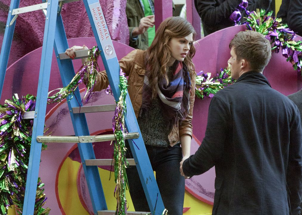 Emery (Aimée Teegarden, l.) und Roman (Matt Lanter, r.) hoffen, nach einer gefährlichen Mission der Möglichkeit zusammen zu sein, einen Schritt nähe... - Bildquelle: 2014 The CW Network, LLC. All rights reserved.