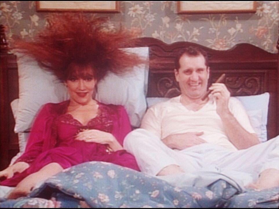 Die Mühe hat sich gelohnt: Al (Ed O'Neill, r.) konnte seiner Frau Peggy (Katey Sagal, l.) beweisen, dass er immer noch ein wilder Hengst ist ... - Bildquelle: Columbia Pictures