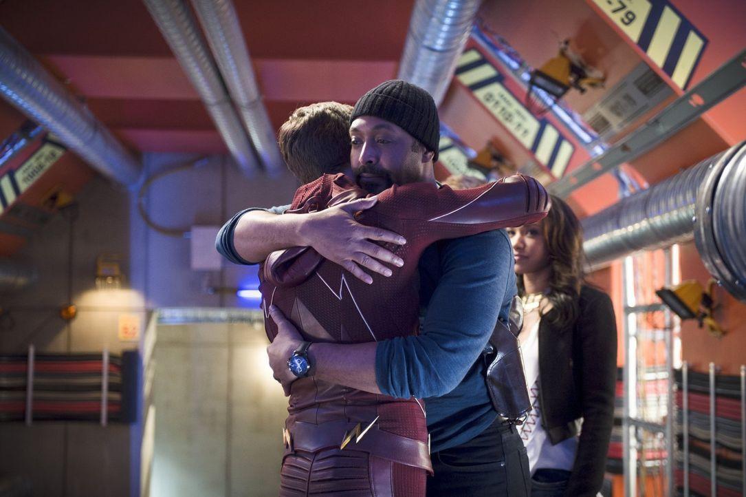 Müssen sich Joe (Jesse L. Martin, r.) und Barry alias The Flash (Grant Gustin, l.) wirklich für immer voneinander verabschieden? - Bildquelle: Warner Brothers.