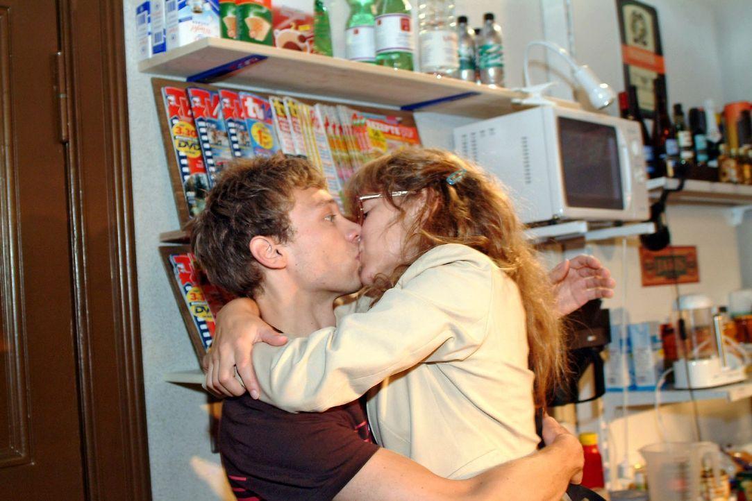 Jürgen (Oliver Bokern, l.) weiß nicht, wie ihm geschieht, als Lisa (Alexandra Neldel, r.) ihn mit einem Kuss überrumpelt. (Dieses Foto von Alexan... - Bildquelle: Monika Schürle Sat.1