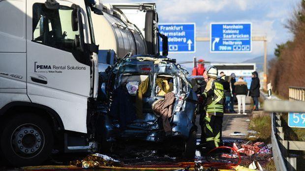 Einsatzkräfte der Feuerwehr sichern eine Unfallstelle auf der A5.