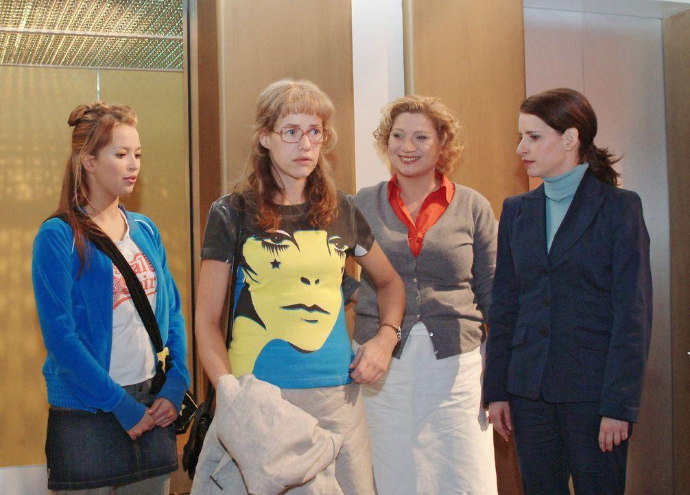Lisa (Alexandra Neldel, 2.v.l.) ist peinlich berührt, als sie nach der Blamage am vorangegangenen Abend mit geliehenem T-Shirt im Mittelpunkt des I... - Bildquelle: Sat.1