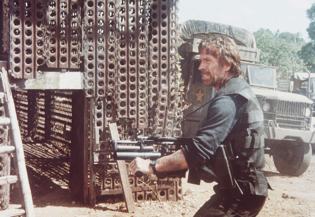 Nachdem seine Frau Lin kaltblütig erschossen wurde, schwört Colonel Braddock (Chuck Norris, r.) blutige Rache ... - Bildquelle: Cannon Films