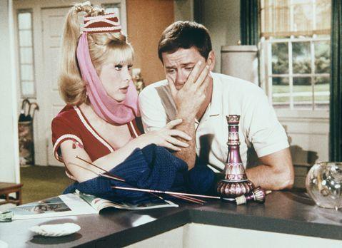 Bezaubernde Jeannie - Der total überarbeitete Tony (Larry Hagman, r.) will ni...