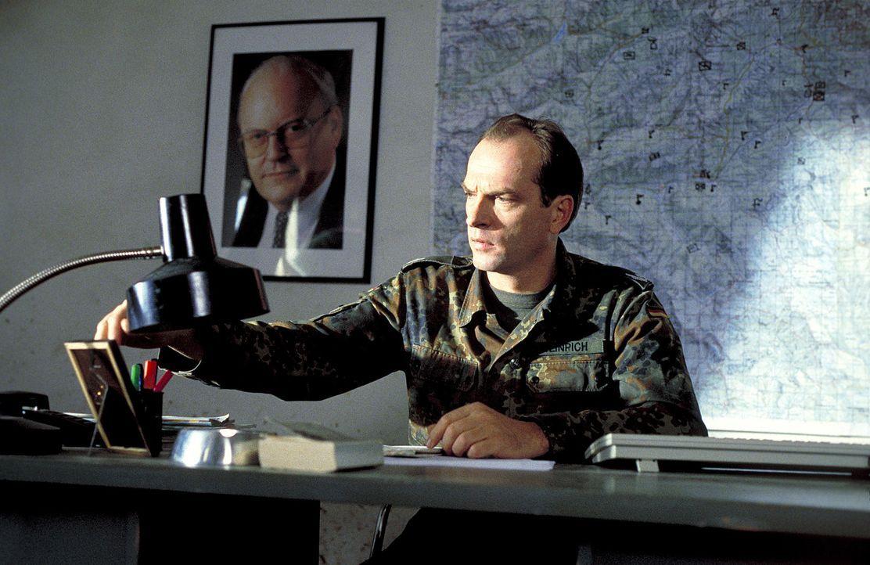 Major Weinrich (Herbert Knaup) muss sich mit einem durchgeknallten Sodaten der IFOR herumschlagen ... - Bildquelle: Jiri Hanzl ProSieben
