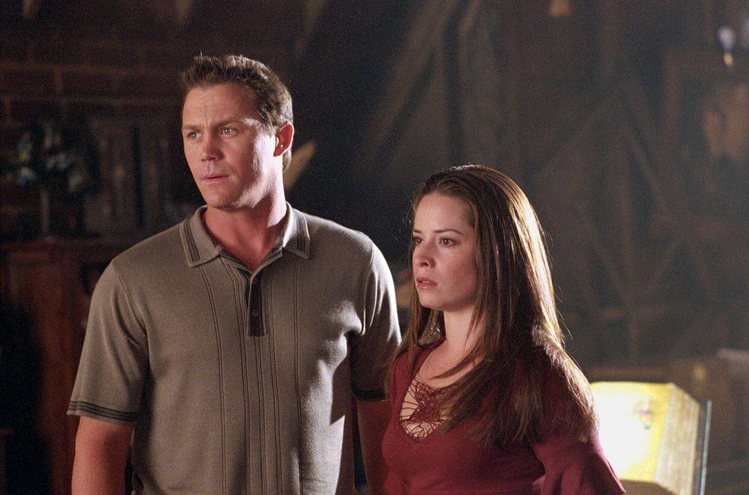 Piper (Holly Marie Combs, r.) und Leo (Brain Krause, l.) sind schockiert, als sie Paige leblos am Boden sehen ... - Bildquelle: Paramount International Television