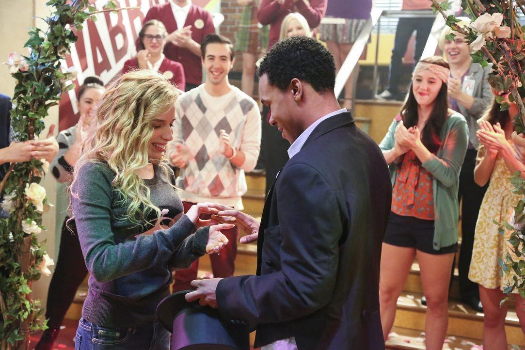 Ein unvergesslicher Moment für Malik (Maestro Harrell, vorne r.) und Lisa (Allie Grant, vorne l.) ... - Bildquelle: Warner Brothers