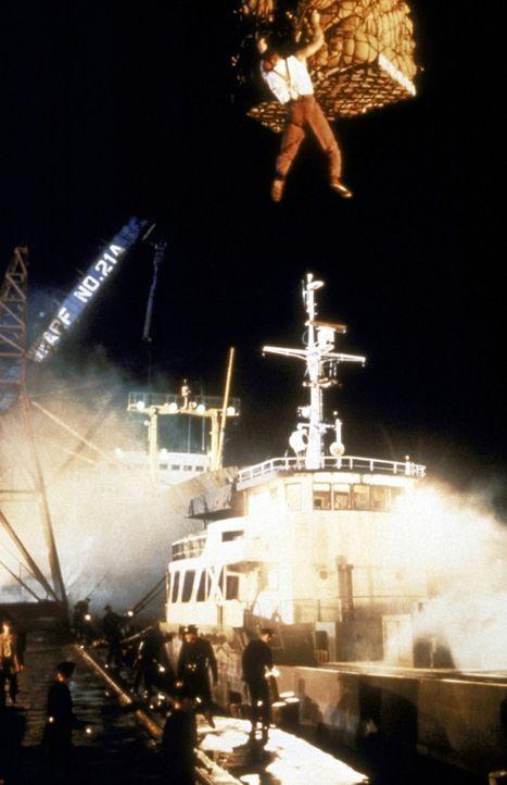 Als Chris (Jean-Claude van Damme) auf einem Frachter in die Hände von skrupellosen Waffenschmugglern gerät, muss er Sklavenarbeit verrichten. Da w... - Bildquelle: Universal Pictures