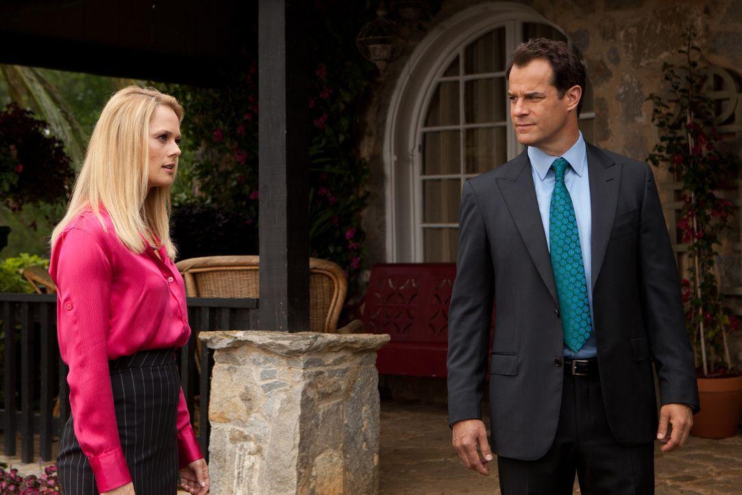 Jay (Josh Stamberg, r.) und Kim (Kate Levering, l.) kommen hinter ein Geheimnis, das ihnen ihre Klientin bislang verschwiegen hat ... - Bildquelle: 2011 Sony Pictures Television Inc. All Rights Reserved.