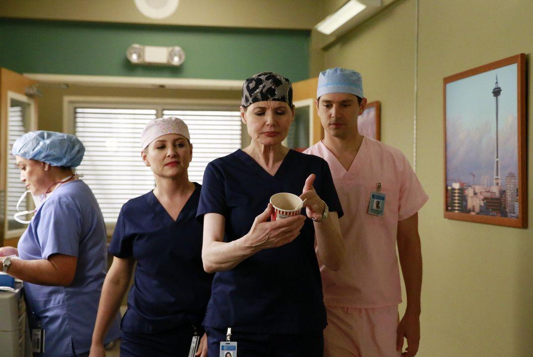 Noch kann Dr. Hermann (Geena Davis, M.) vor ihren Schützlingen Arizona (Jessica Capshaw, l.) und Graham (Nicholas D'Agosto, r.) über ihren unaufhalt... - Bildquelle: ABC Studios