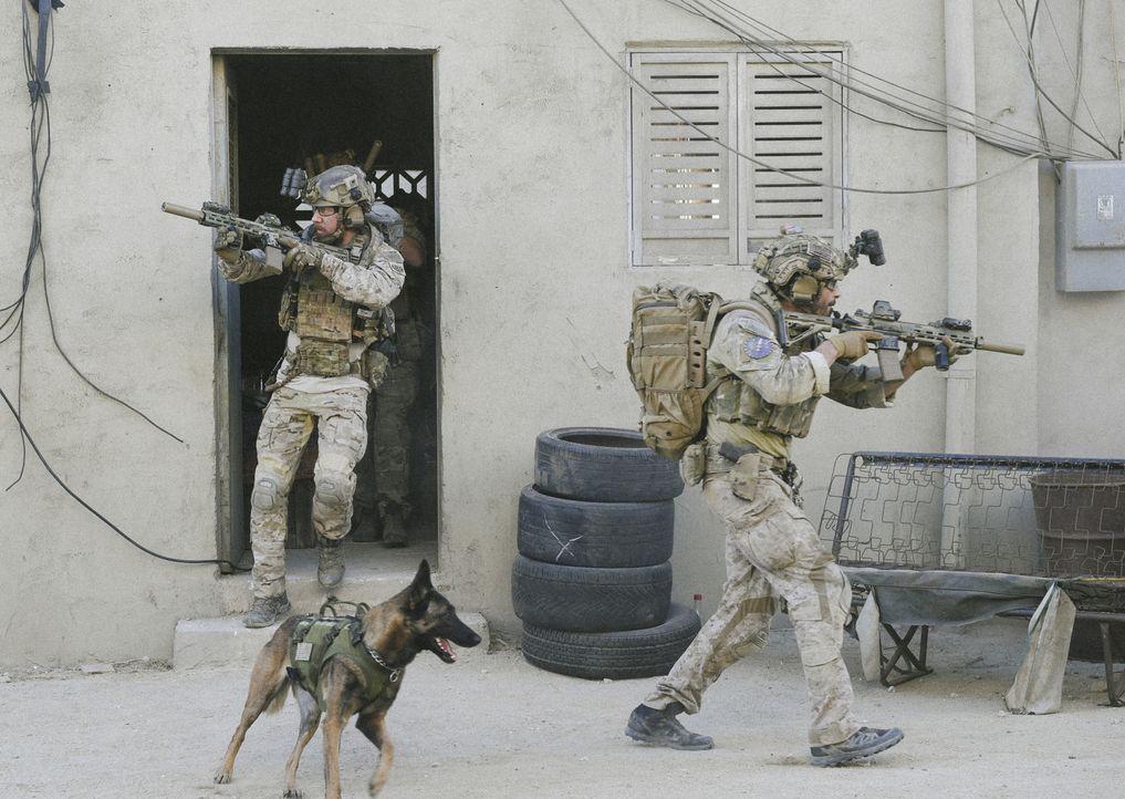 Die Mission, eine abgeschossene Drohe zu bergen, rückt in den Hintergrund, als das SEAL Team (Tyler Grey, l. und Justin Melnick, r.) ihren Kameraden... - Bildquelle: Ron Jaffe Ron P. Jaffe/CBS  2017 CBS Broadcasting, Inc. All Rights Reserved
