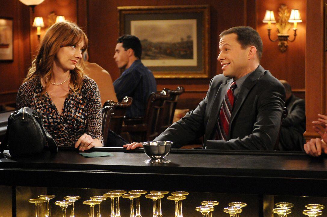 Was läuft zwischen Alan (Jon Cryer, r.) und Bridget (Judy Greer, l.)? - Bildquelle: Warner Bros. Television