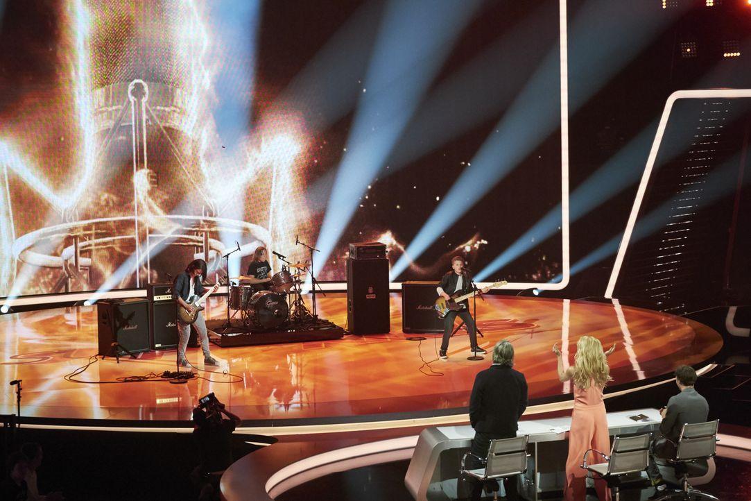 """Die Rockband """"WJM"""" aus Kalifornien hat die Jury Michelle Hunziker (vorne M.), Felix Neureuther (vorne r.) und Henning Wehland (vorne l.) überzeugt.... - Bildquelle: Stefan Hobmaier SAT.1"""