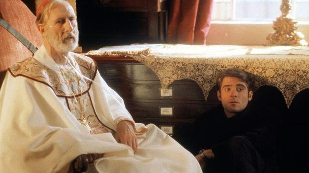 Bischof Stewart (James Cromwell, l.) erzählt Dr. Kovac (Goran Visnjic, r.) vo...