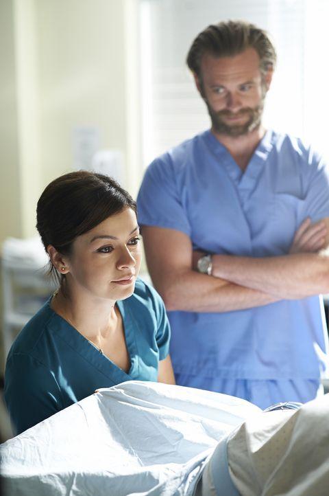 Kann Maggie (Julia Taylor Ross, l.) Dr. Jason Kalfis (Eric Johnson, r.) beeindrucken? - Bildquelle: 2013  Hope Zee Two Inc.