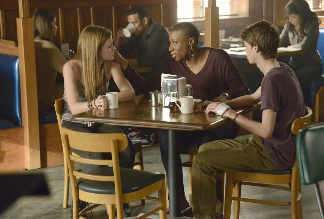 Können Norrie (Mackenzie Lintz, l.) und Joe (Colin Ford, r.) Carolyn (Aisha Hinds, M.) vor der Zerstörungswut der Kuppel retten? - Bildquelle: Brownie Harris 2014 CBS Broadcasting Inc. All Rights Reserved.