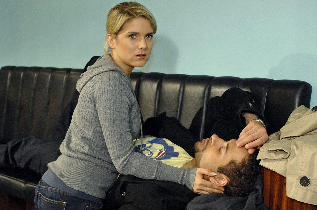 Anna (Jeanette Biedermann, l.) ist entsetzt, dass Jannick (Mike Adler, r.) eingeschlafen ist ... - Bildquelle: Oliver Ziebe Sat.1