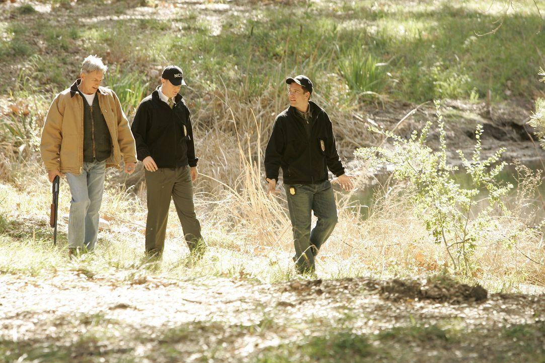 Im Shenandoah National Park wird die von einem Bären angefressene Leiche eines Petty Officers gefunden. Gibbs (Mark Harmon, l.), McGee (Sean Murray,... - Bildquelle: CBS Television