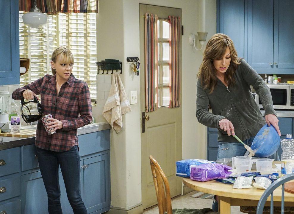 Während Bonnie (Allison Janney, r.) alles daran setzt ihre Mieter zu überzeugen, dass sie eine super Gebäudemanagerin ist, befasst sich Christy (Ann... - Bildquelle: 2016 Warner Bros. Entertainment, Inc.