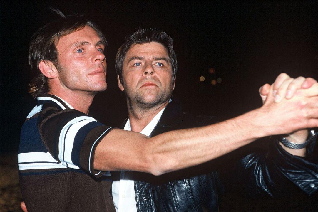 Falk (Dirk Martens, l.) bringt Jupp (Uwe Fellensiek, r.) das Tangotanzen bei. - Bildquelle: Münstermann Sat.1
