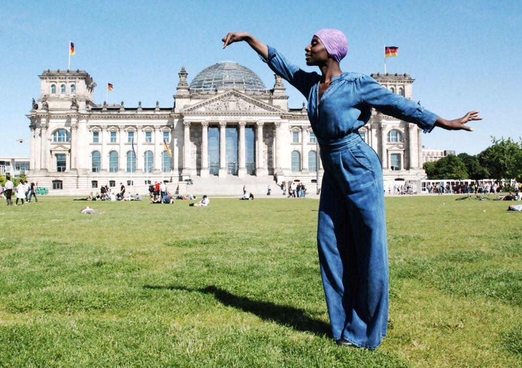"""In """"Task Force Berlin"""" trifft die Star-Choreografin Nikeata Thompson auf deutsche Politiker und stellt ihnen Fragen, die sie zuvor bei jungen Mensch... - Bildquelle: Uwe von Grafenstein ProSieben"""