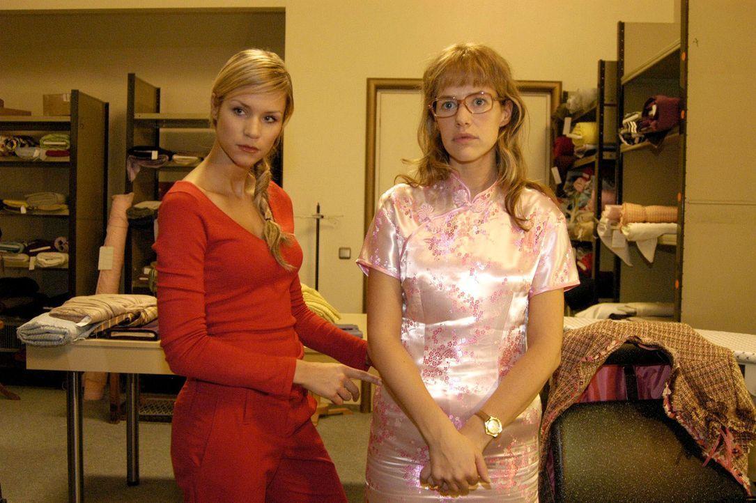 Für das Geschäftsessen lässt sich die gutgläubige Lisa (Alexandra Neldel, r.) von Sabrina (Nina-Friederike Gnädig, l.) in Sachen Styling berate... - Bildquelle: Sat.1