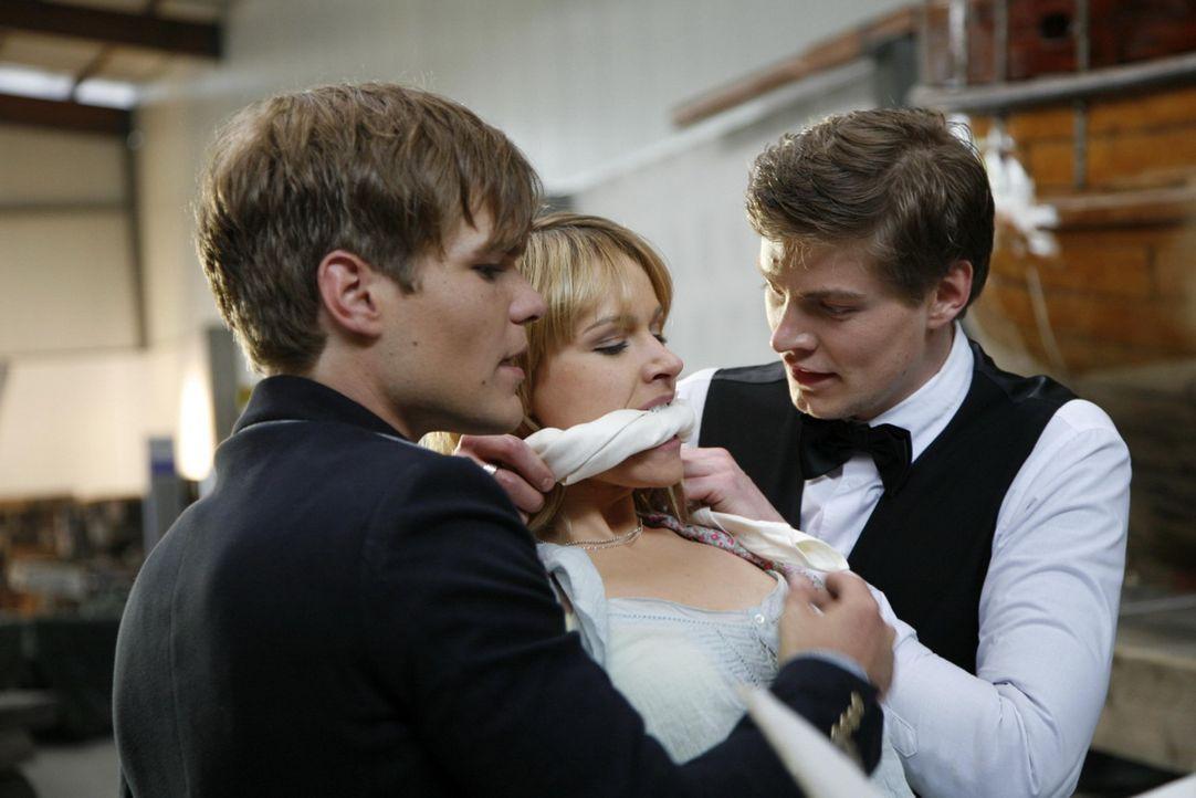 """Jessica (Isabelle Ege, M.) freut sich auf eine Verabredung mit Frederic Fuchs (Tobias Schönenberg, l.), dem Sohn des """"Checkpoints""""-Besitzers. Mit i... - Bildquelle: SAT.1"""