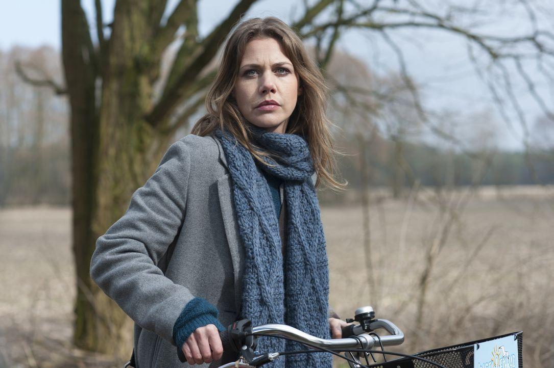 Zwei Jahre nach der Bluttat im Nebelhaus macht sich Doro (Felicitas Woll) am Tatort selbst ein Bild. Sie begibt sich auf Spurensuche, um die Gescheh... - Bildquelle: Stephanie Kulbach SAT.1