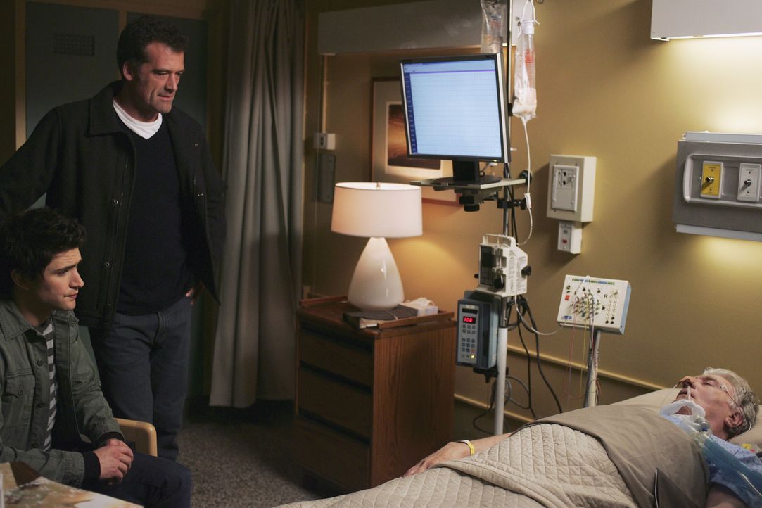 Gemeinsam mit seinem Pflegesohn Kyle (Matt Dallas, l.) fährt Stephen (Bruce Thomas, 2.v.l.) in die Klinik, um seinen schwerkranken Vater William (B... - Bildquelle: TOUCHSTONE TELEVISION