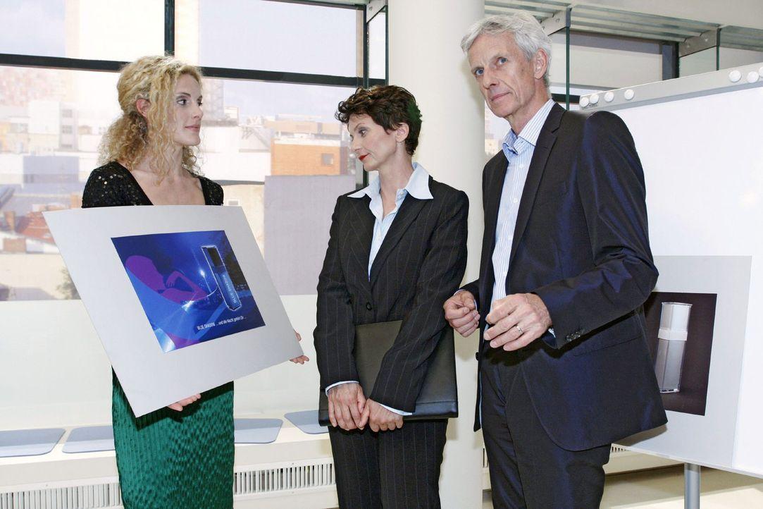 Robert reagiert nervös ob der kurzfristigen Terminverlegung. v.l.n.r.: Maja (Barbara Lanz), Marketingchefin Lanford Luxury (Angela Hobrig), Robert (Mathieu Carrière)