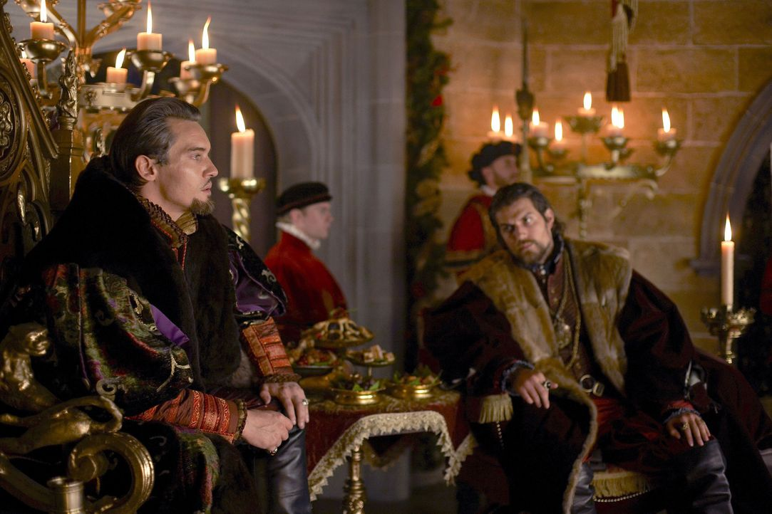 Als die attraktive Catherine Parr das Interesse von Henry (Jonathan Rhys Meyers, l.) weckt, setzt er alles in die Wege, um die adlige Witwe heiraten... - Bildquelle: 2010 TM Productions Limited/PA Tudors Inc. An Ireland-Canada Co-Production. All Rights Reserved.