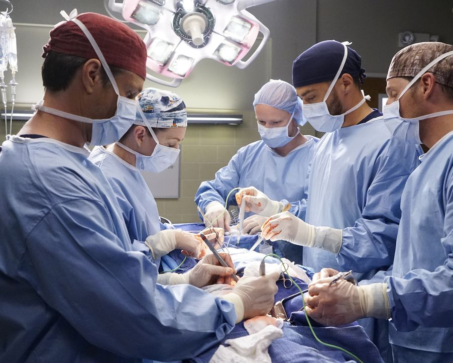 Versuchen alles, um einen Patienten zu retten: Nathan (Martin Henderson, l.), Meredith (Ellen Pompeo, 2.v.l.), Jackson (Jesse Williams, 2.v.r.) und... - Bildquelle: Kelsey McNeal ABC Studios