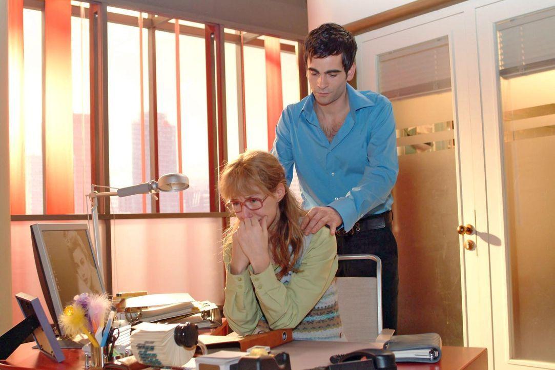 Ihr arbeitsloser Vater, David, die illegale Scheinfirma - das ist alles zu viel für Lisa (Alexandra Neldel, l.): Sie kann sich nicht mehr zusammenre... - Bildquelle: Monika Schürle Sat.1