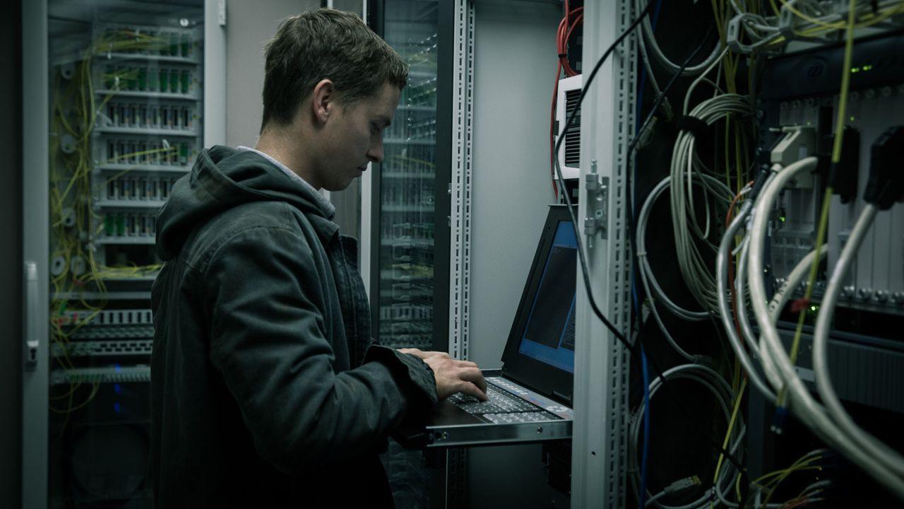 Berlin 2014: Der Außenseiter Benjamin (Tom Schilling) ist ein Computer-Hacker. Sein Leben findet in der virtuellen Welt des Netzes statt. Dann lernt... - Bildquelle: Jan Rasmus Voss Wiedemann & Berg Film