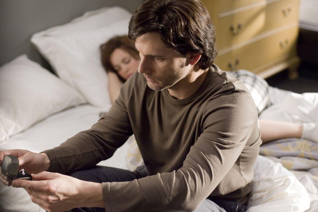 Trotz aller Probleme halten die beiden an ihrer Liebe fest: Henry (Eric Bana, r.) und Clare (Rachel McAdams, l.) ... - Bildquelle: Warner Brothers