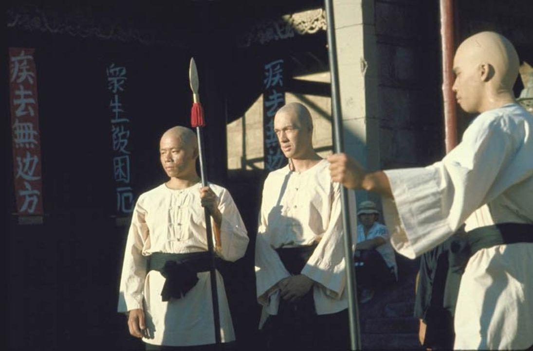 Der ungewöhnlichste Held des Wilden Westens: Der stoische Shaolin-Mönch Kwai Chang Caine (David Carradine, M.), muss aus China fliehen, nachdem er e... - Bildquelle: Warner Brothers