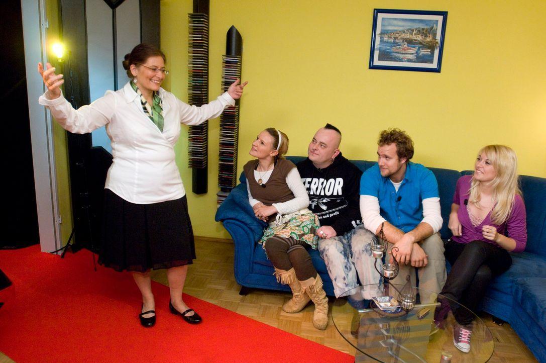 Maggy (l.) präsentiert sich in einem Ouitfit. Jenny (l.), Mark (M.), Pascal (2.v.r.) und Vanessa (r.) haben zu entscheiden, ob sie in diesem oder ei... - Bildquelle: Stefan Menne Sat.1
