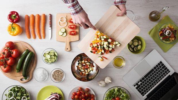 Gesunde Zutaten werden auf einem Küchentisch zum Kochen vorbereitet