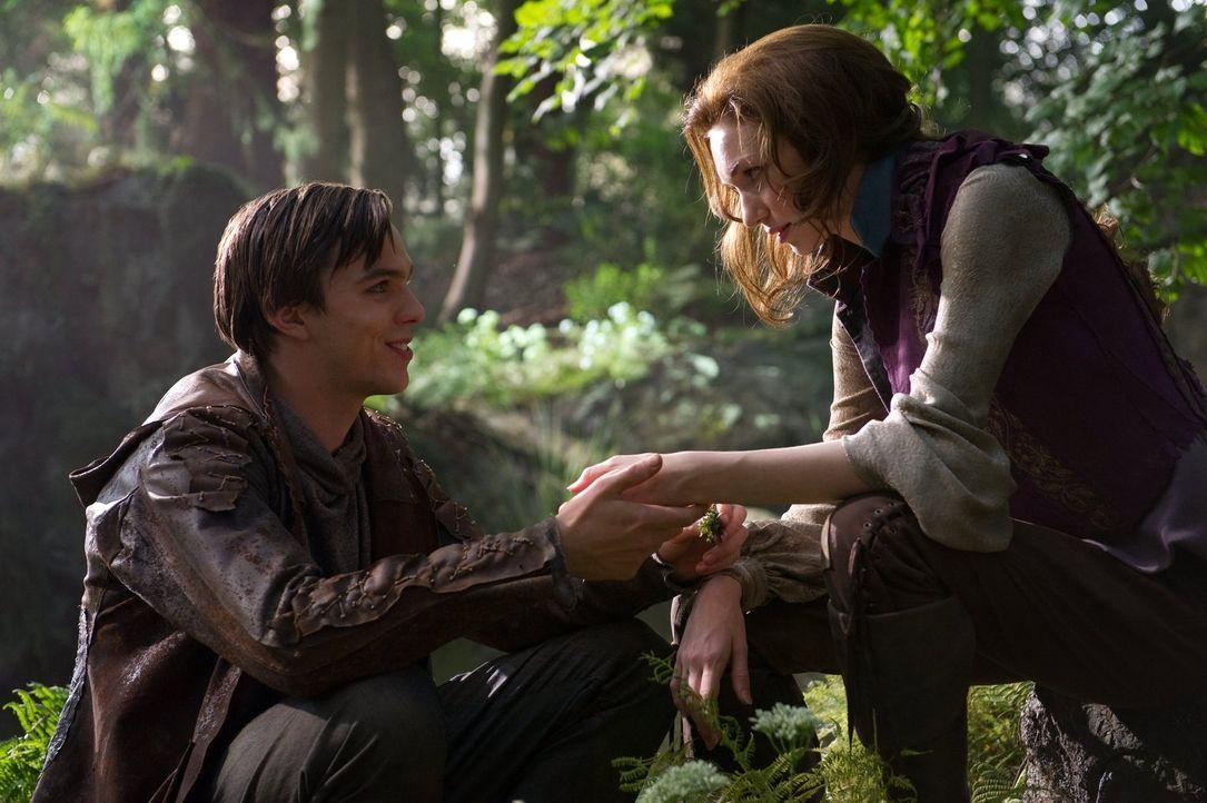 Glücklich in Freiheit: Jack (Nicholas Hoult, l.) schafft es, Prinzessin Isabelle (Eleanor Tomlinson, r.) aus den Fängen der Riesen zu befreien ... - Bildquelle: Warner Brothers