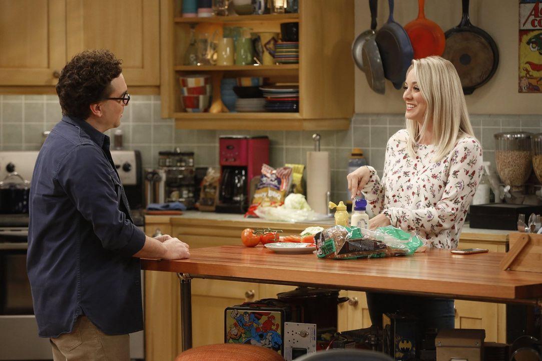 Die Freundschaft zwischen Penny (Kaley Cuoco, r.) und seiner Mutter Beverly sorgt bei Leonard (Johnny Galecki, l.) für Unbehagen ... - Bildquelle: Warner Bros. Television