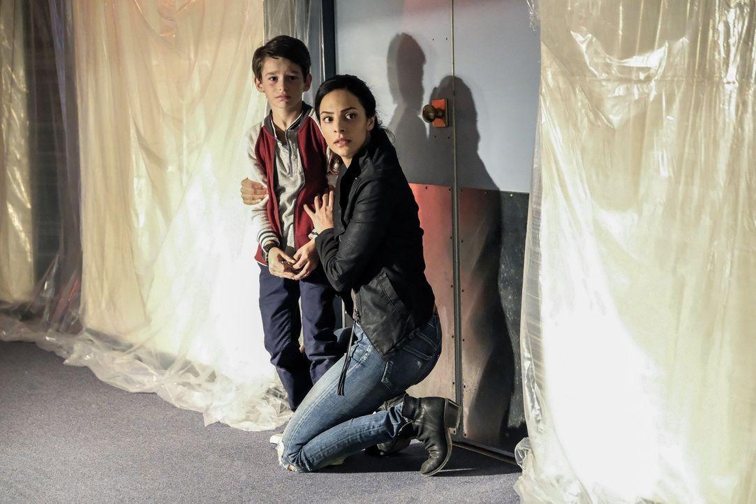 Gelingt es Zari (Tala Ashe, r.) und dem Team, das Leben des jungen Ray (Jack Fisher, l.) zu retten? - Bildquelle: 2017 Warner Bros.