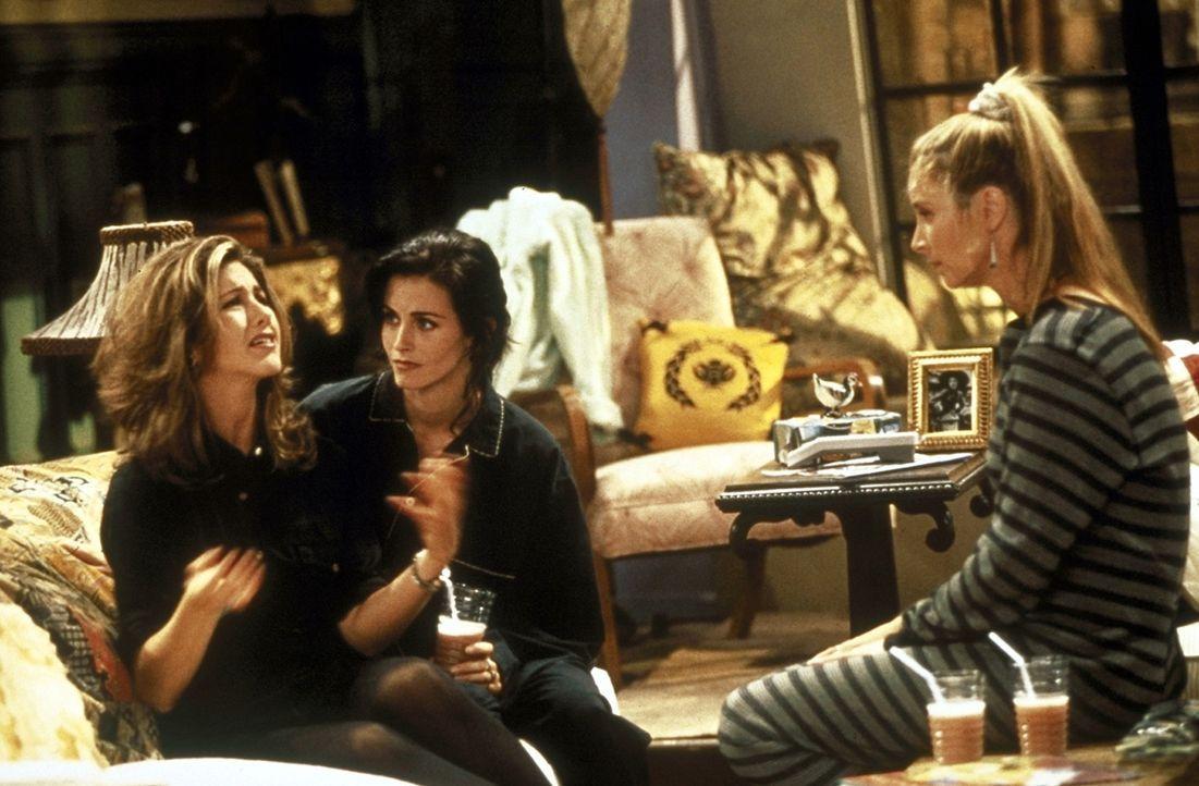 Rachel (Jennifer Aniston, l.) erzählt Monica (Courteney Cox, M.) Phoebe (Lisa Kudrow, r.) von ihren Erinnerungen als fast Ehefrau. - Bildquelle: TM+  2000 WARNER BROS.