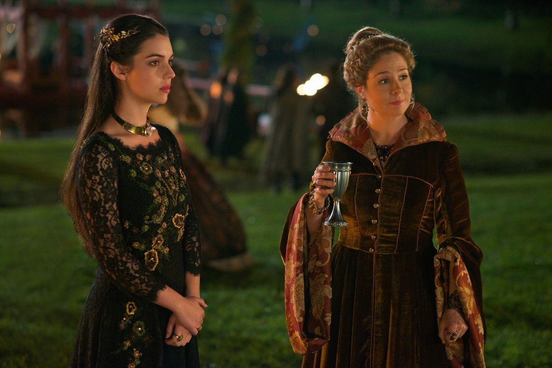 Mary (Adelaide Kane, l.) sucht Beistand bei Condé, Catherine (Megan Follows, r.) steht dem Mann aber eher skeptisch gegenüber ... - Bildquelle: Sven Frenzel 2014 The CW Network, LLC. All rights reserved.
