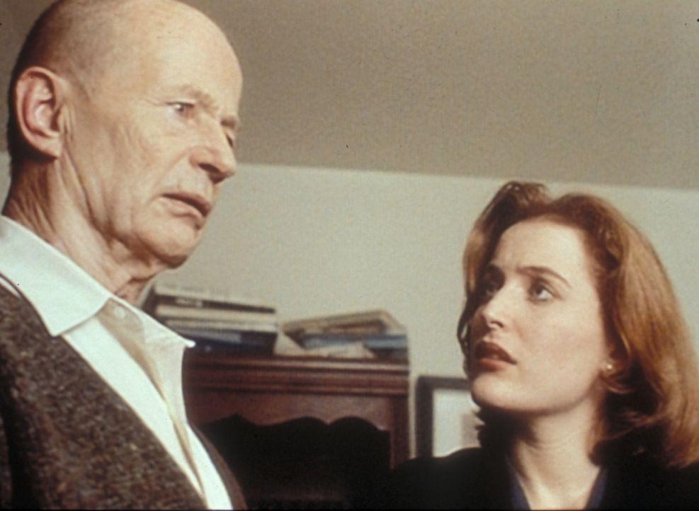 Scully (Gillian Anderson, r.) erfährt von Commander Johansen (Robert Clothier, l.), dass er einer der wenigen Überlebenden eines amerikanischen U-Bo... - Bildquelle: TM +   2000 Twentieth Century Fox Film Corporation. All Rights Reserved.