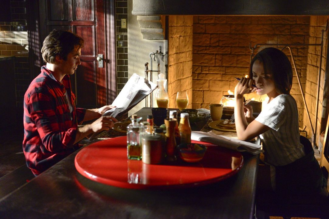 Damon (Ian Somerhalder, l.) und Bonnie (Kat Graham, r.) hängen in einer Zeitschleife fest. Doch sind sie in Mystic Falls im Jahre 1944 wirklich komp... - Bildquelle: Warner Bros. Entertainment, Inc