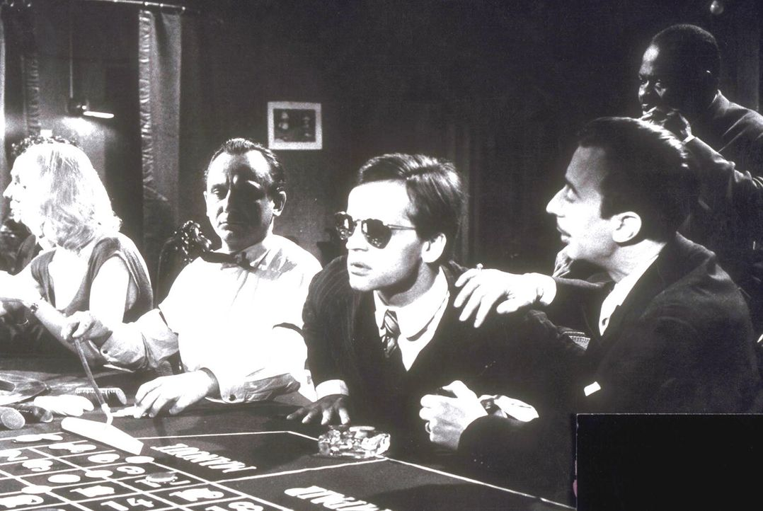 Edgar Strauss (Klaus Kinski, 2.v.r.) muss in einem Casino beruhigt werden ...